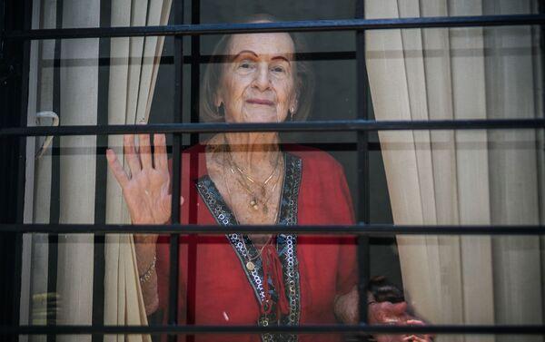Doña Eida, 98 años, en la ventana de su casa, durante el aislamiento social. San José, Costa Rica.  - Sputnik Mundo