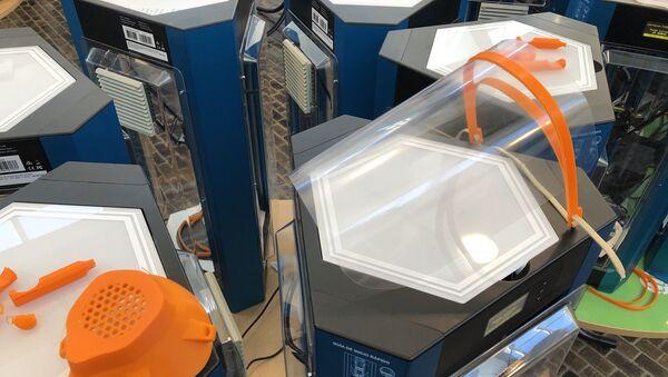 Se imprimen máscaras transparentes, mascarillas tipo N95 y otros artefactos - Sputnik Mundo