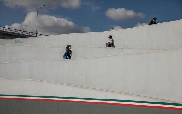 El cruce peatonal El Chaparral entre México y Estados Unidos, en Tijuana, siempre tiene un par de horas de espera, pero ahora por el cierre de la frontera para viajes de placer la espera se redujo a unos pocos minutos. Tijuana, México.  - Sputnik Mundo