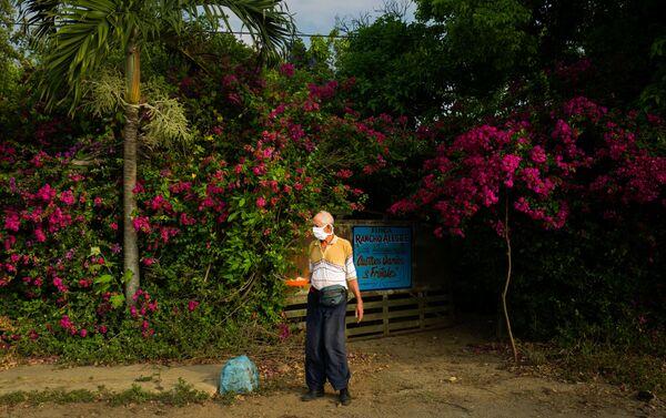 Anarle Travieso Figueroa sale de su casa en el pueblo de Bauta, a las afueras de La Habana durante la emergencia social. La Habana, Cuba.  - Sputnik Mundo