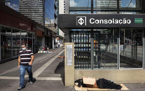 Salida de la estación de metro Consolación, sobre la Avenida Paulista, centro financiero de la ciudad, en medio de la crisis sanitaria. San Pablo, Brasil. - Sputnik Mundo