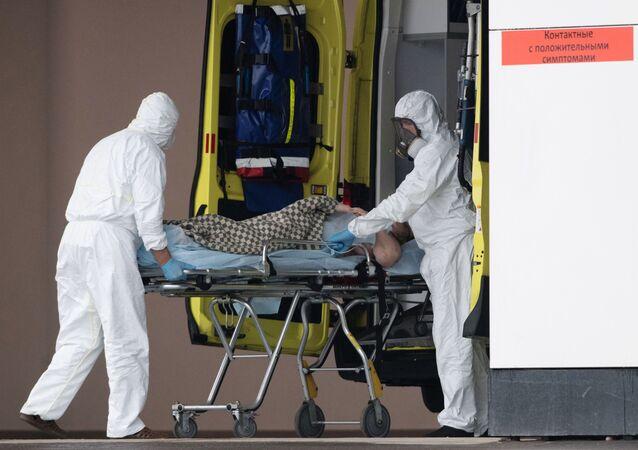Médicos transportan a un paciente con coronavirus en Moscú
