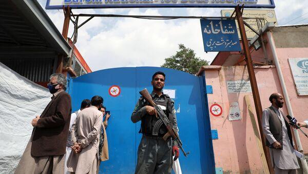 Un militar vigila la entrada al hospital del distrito Dasht-e-Barchi en Kabul - Sputnik Mundo