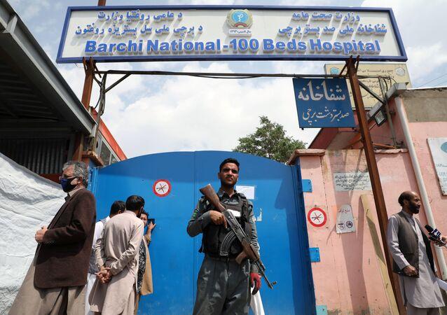 Un militar vigila la entrada al hospital del distrito Dasht-e-Barchi en Kabul