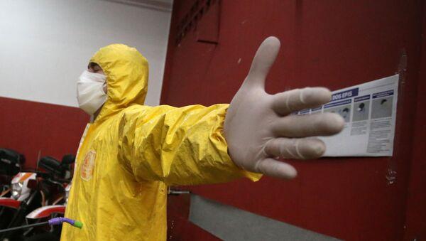 Una persona en el traje de protección durante la pandemia de coronavirus en Brasil - Sputnik Mundo