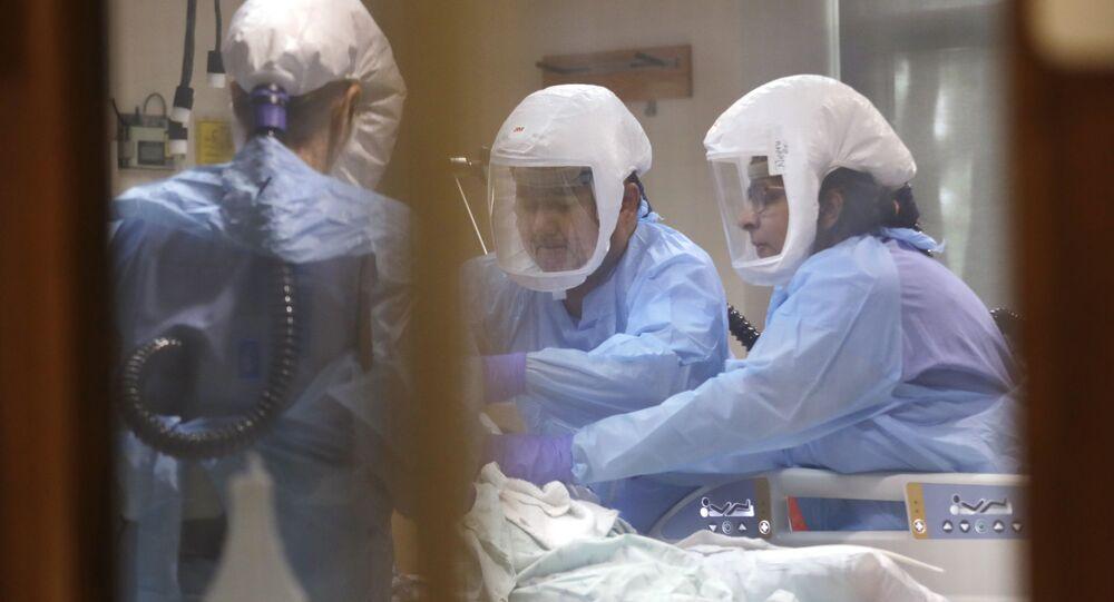 Médicos atienden paciente con coronavirus en la Unidad de Cuidados Intensivos de un hospital de Seattle