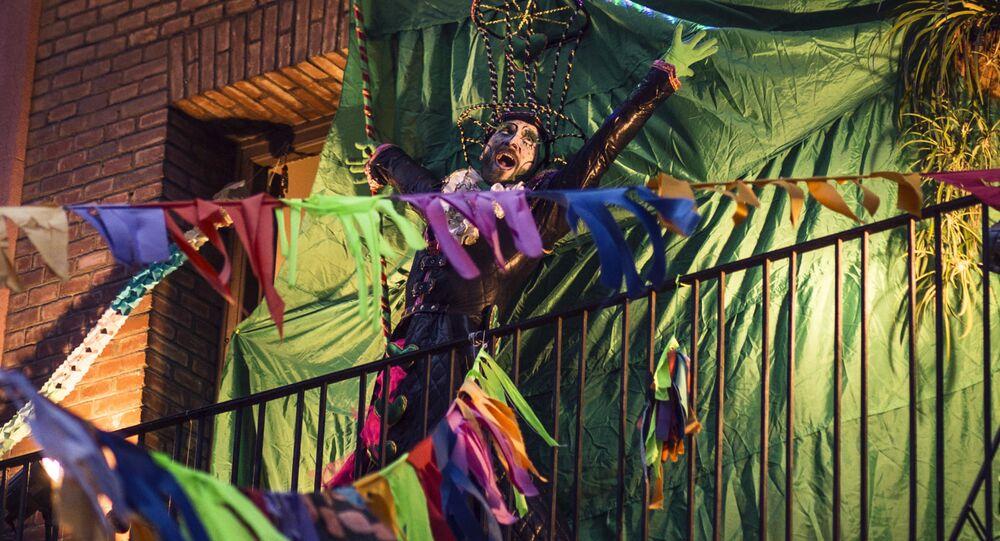 El grupo artísitico con.fin.ARTE durante la cuarentena interpreta una de sus obras desde el balcón