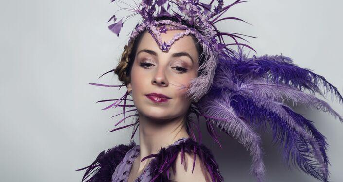 Ester G. Callejón además de bailarina profesional es actriz, pintora y escritora