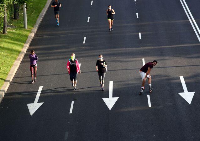 La gente practica deporte en Madrid, España