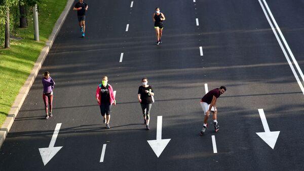 La gente practica deporte en Madrid, España  - Sputnik Mundo