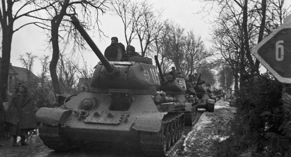 Tanques soviéticos en una de las repúblicas bálticas durante la Segunda Guerra Mundial