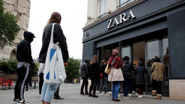 Personas esperan a la entrada de Zara - Sputnik Mundo