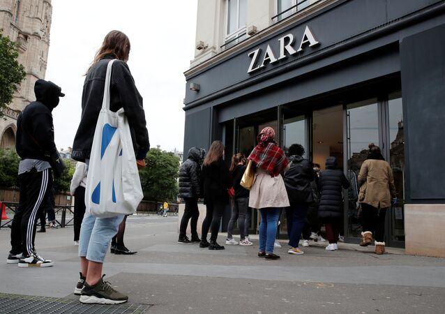 Personas esperan a la entrada de Zara en París