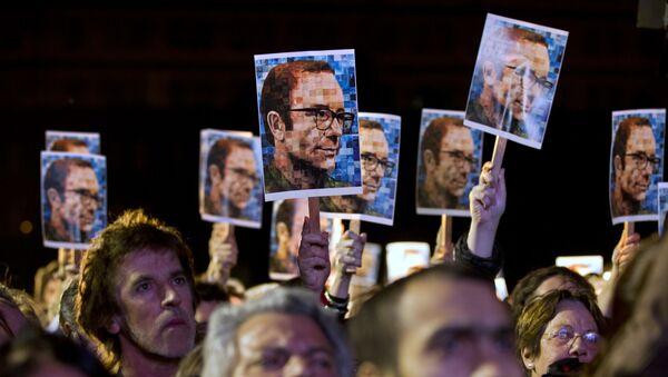 Gente con las fotos del periodista y escritor argentino, Rodolfo Walsh, en Buenos Aires - Sputnik Mundo