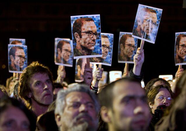 Gente con las fotos del periodista y escritor argentino, Rodolfo Walsh, en Buenos Aires