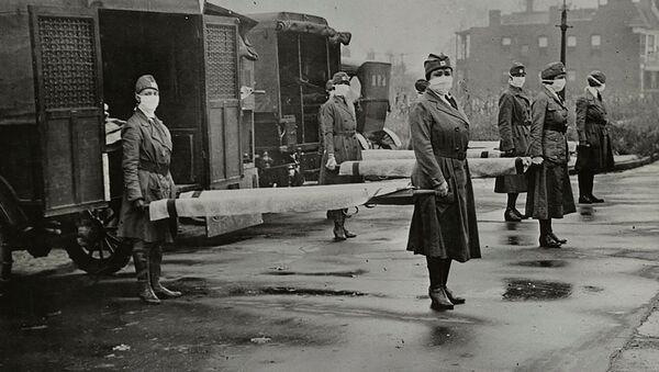 Mujeres con mascarillas sostienen camillas cerca de las ambulancias durante la pandemia de la gripe española en EEUU - Sputnik Mundo