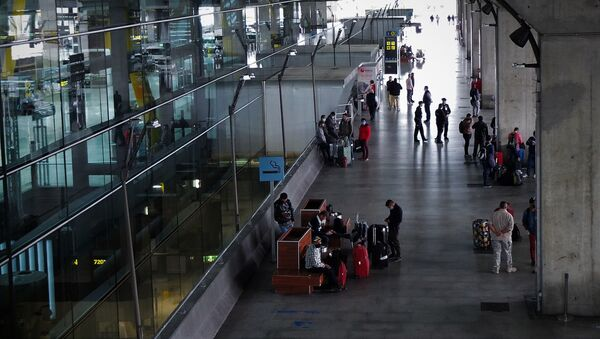 Vista de la puerta de la Terminal 4 del aeropuerto de Madrid-Barajas Adolfo Suárez - Sputnik Mundo