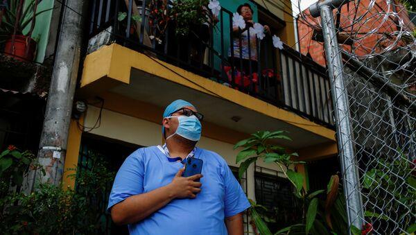 Un médico en El Salvador  - Sputnik Mundo