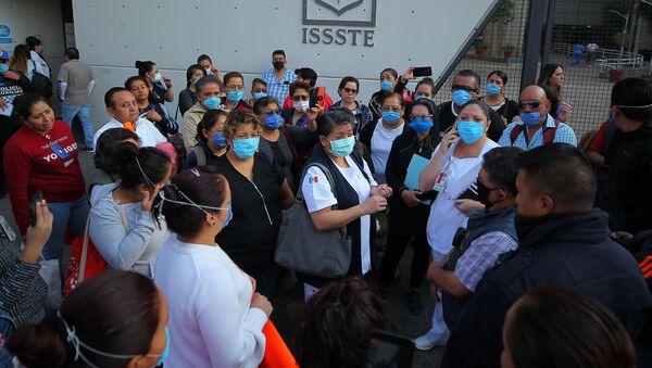 Manifestación de médicos y enfermeras del Hospital 20 de Noviembre, bloqueado la avenida Félix Cuevas, debido a que denuncian falta de equipo médico para atención a pacientes - Sputnik Mundo
