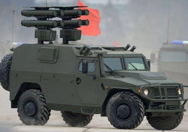 Sistema de misiles Kornet montado sobre un vehículo blindado Tigr