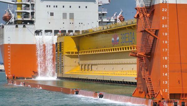 El transporte marítimo de una compuerta de 114 metros en Rusia - Sputnik Mundo