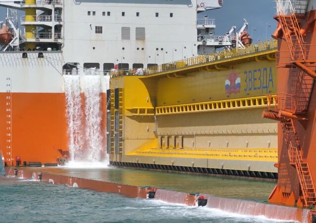 El transporte marítimo de una compuerta de 114 metros en Rusia