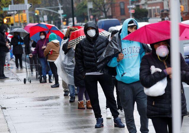 La gente en Nueva York haven cola para recibir comida gratis