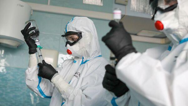 Médicos rusos durante el tratamiento de pacientes con COVID-19 - Sputnik Mundo