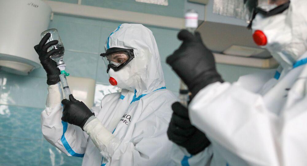 Médicos rusos durante el tratamiento de pacientes con COVID-19