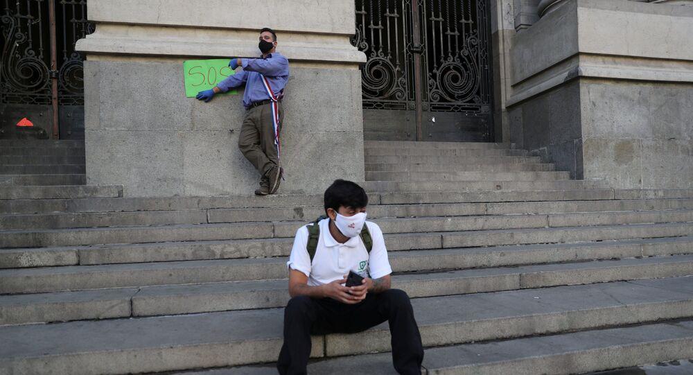 Dos chicos con mascarillas durante el brote del coronavirus en Chile