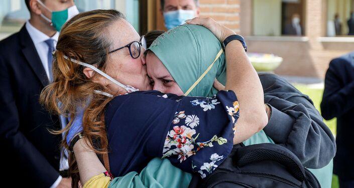 Silvia Romano, cooperante italiana, con su madre durante su regreso a Italia