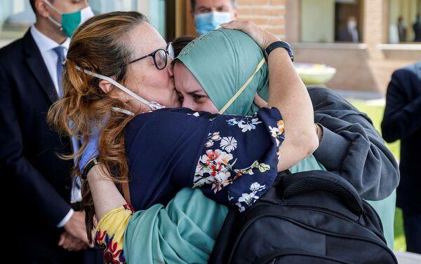 Silvia Romano, cooperante italiana, con su madre durante su regreso a Italia - Sputnik Mundo
