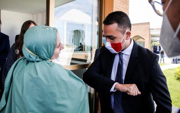 Silvia Romano, cooperante italiana, con el canciller italiano, Luigi Di Maio, durante su regreso a la patria - Sputnik Mundo