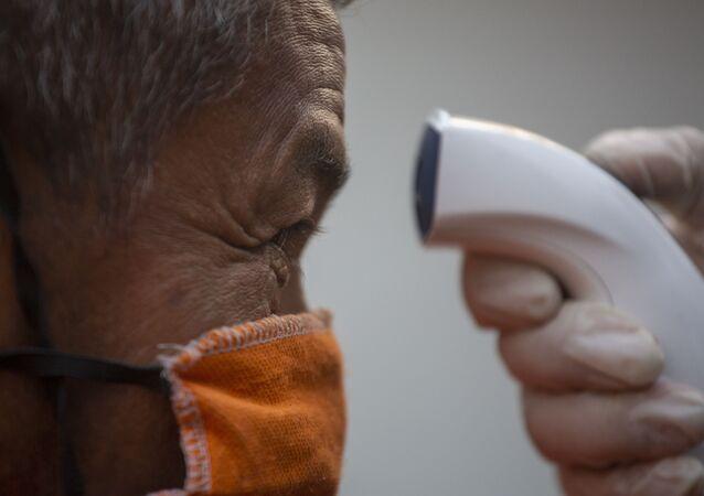 Un hombre con mascarilla haciendo una prueba por coronavirus