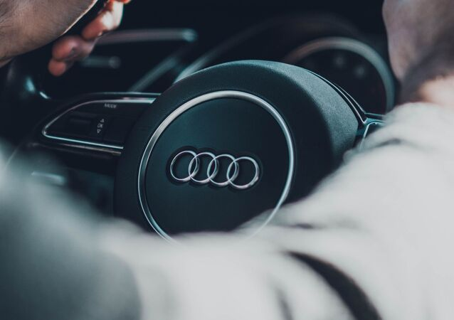 Un hombre al volante de un Audi
