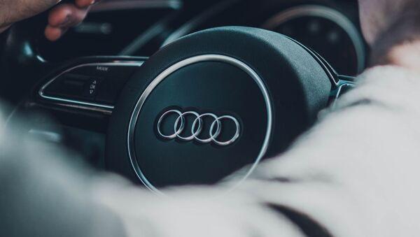 Un hombre al volante de un Audi - Sputnik Mundo