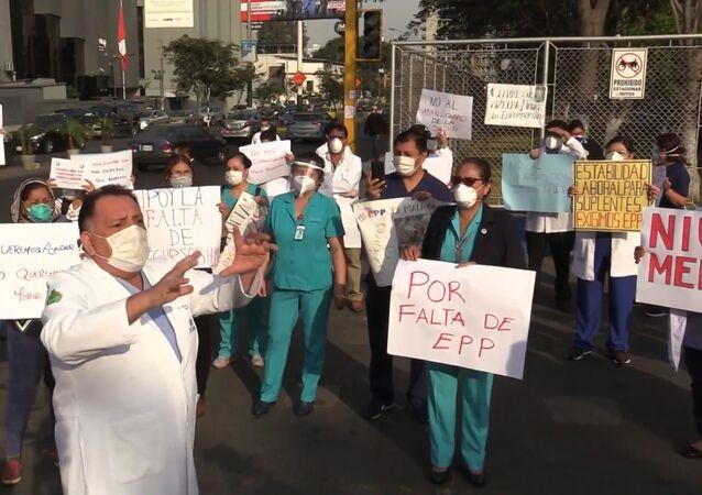 Los médicos peruanos protestan por la falta de equipos médicos