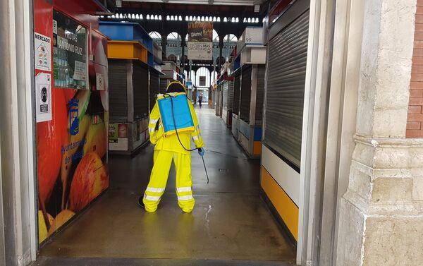 Bomberos de Málaga desinfectan Mercado Central de Atarazanas en Málaga - Sputnik Mundo