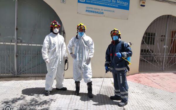 Bomberos de Málaga en jornada desinfección Centro de Mayores de Pedregalejo - Sputnik Mundo
