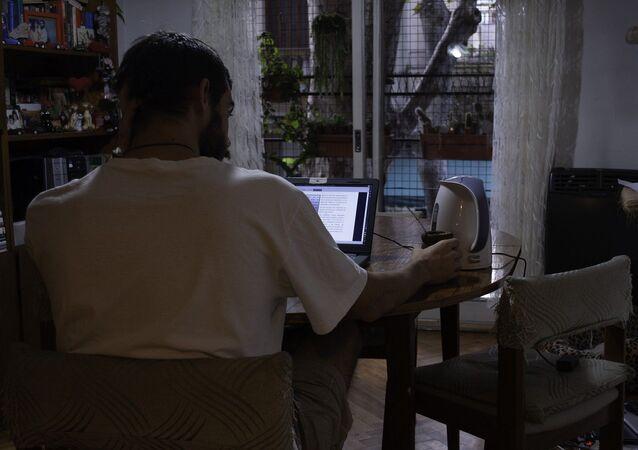 Joven frente a la computadora en su casa