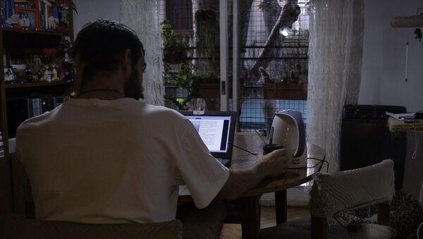 Joven frente a la computadora en su casa - Sputnik Mundo