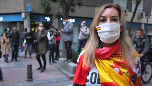 Una mujer protestando contra Pedro Sánchez en Madrid - Sputnik Mundo
