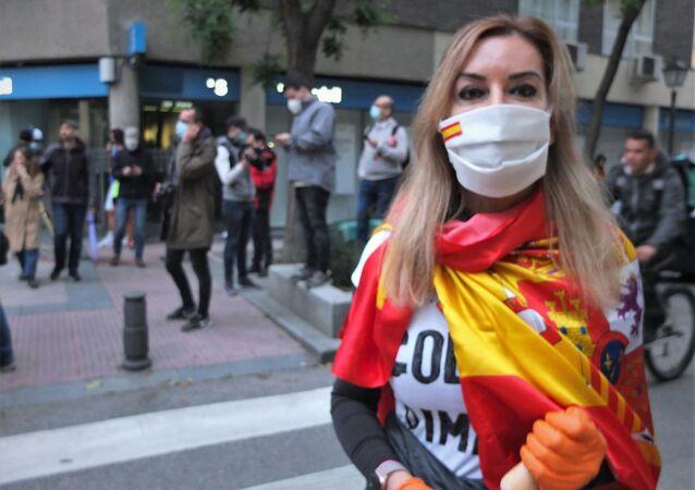 Una mujer protestando contra Pedro Sánchez en Madrid
