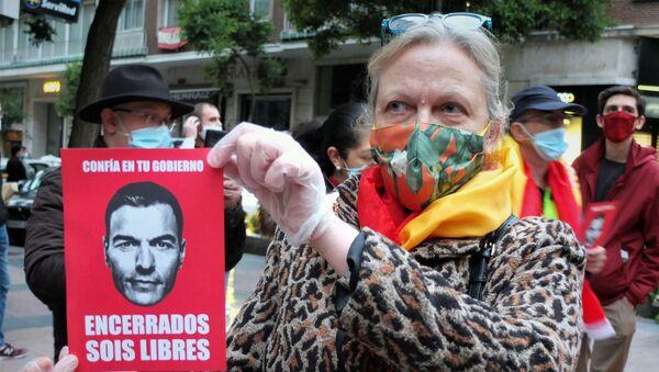 Una mujer protesta en Madrid contra Pedro Sánchez  - Sputnik Mundo
