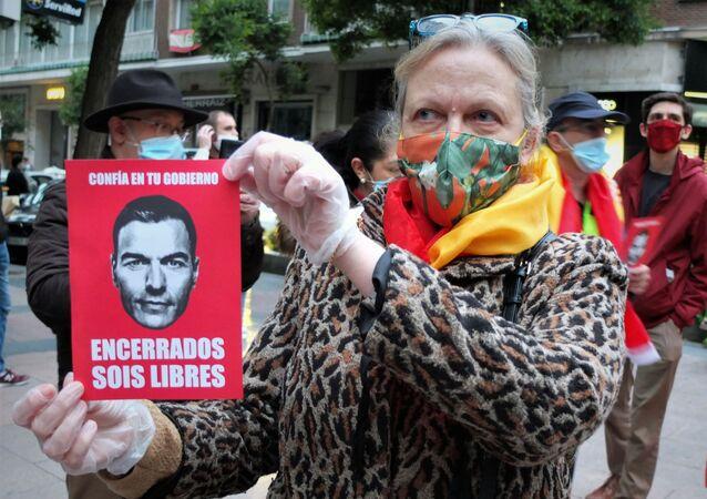 Una mujer protesta en Madrid contra Pedro Sánchez