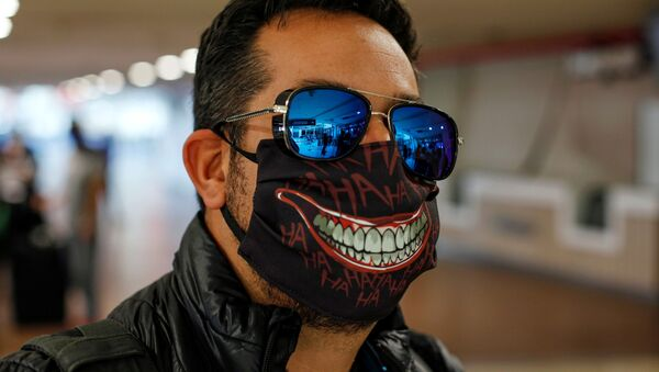 Un hombre con una mascarilla para protegerse del COVID-19 en Santiago de Chile (archivo) - Sputnik Mundo