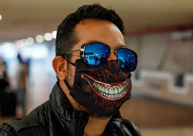 Un hombre con una mascarilla para protegerse del COVID-19 en Santiago de Chile (archivo)