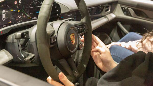 El volante de un Porsche  - Sputnik Mundo