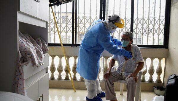 Un médico junto a un paciente con posible coronavirus en Guayaquil, Ecuador - Sputnik Mundo