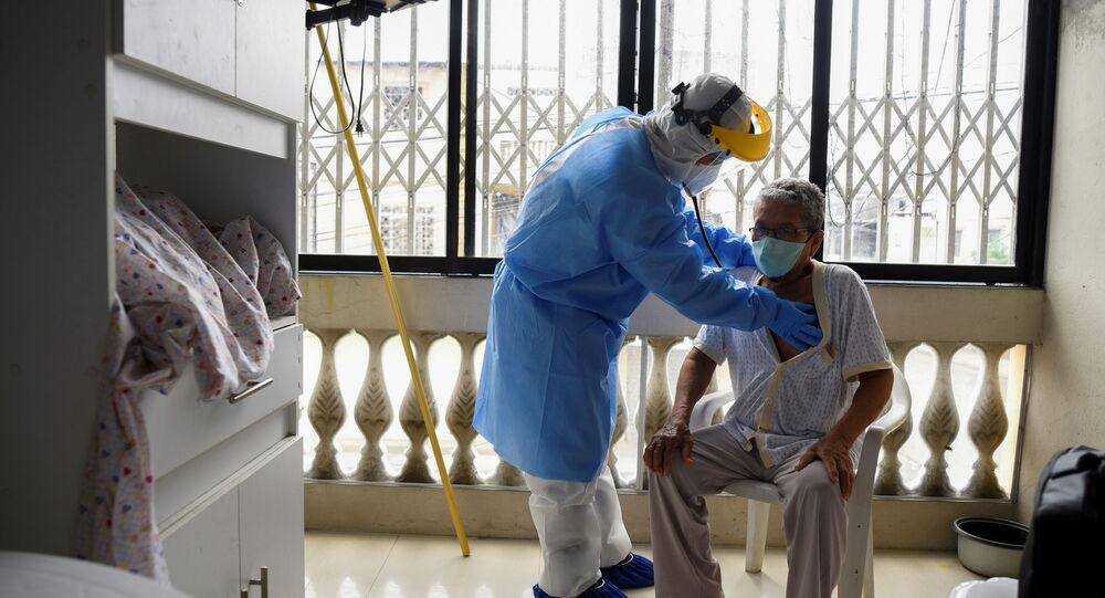 Un médico junto a un paciente con posible coronavirus en Guayaquil, Ecuador